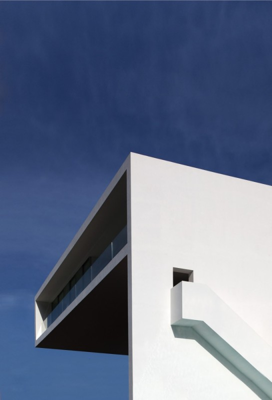 50aaf0edb3fc4b0b540000bb_house-on-the-cliff-fran-silvestre-arquitectos_fran_silvestre_arquitectos_valencia_-_house_on_the_cliff_-__img_arquitectura_-_1-681x1000