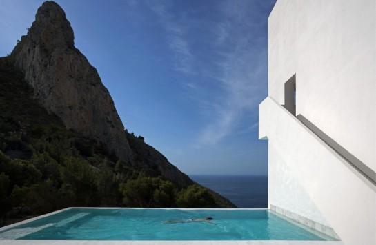 50aaf144b3fc4b0b540000bf_house-on-the-cliff-fran-silvestre-arquitectos_fran_silvestre_arquitectos_valencia_-_house_on_the_cliff_-__img_arquitectura_-_1-1000x653