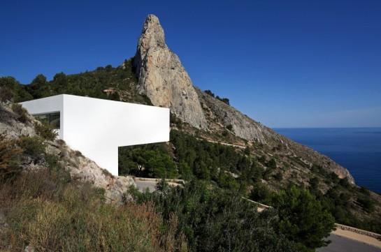 50aaf16fb3fc4b0b540000c0_house-on-the-cliff-fran-silvestre-arquitectos_fran_silvestre_arquitectos_valencia_-_house_on_the_cliff_-__img_arquitectura_-_1-1000x664
