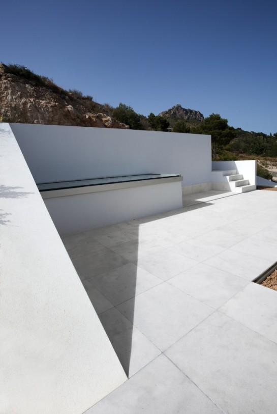 50aaf1ffb3fc4b0b540000c5_house-on-the-cliff-fran-silvestre-arquitectos_fran_silvestre_arquitectos_valencia_-_house_on_the_cliff_-__img_arquitectura_-_2-670x1000