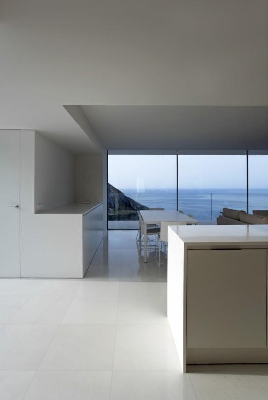 50aaf23bb3fc4b0b540000c7_house-on-the-cliff-fran-silvestre-arquitectos_fran_silvestre_arquitectos_valencia_-_house_on_the_cliff_-__img_arquitectura_-_2-670x1000