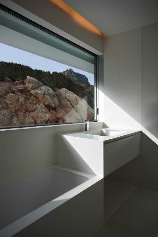 50aaf2aab3fc4b0b540000cb_house-on-the-cliff-fran-silvestre-arquitectos_fran_silvestre_arquitectos_valencia_-_house_on_the_cliff_-__img_arquitectura_-_2-666x1000