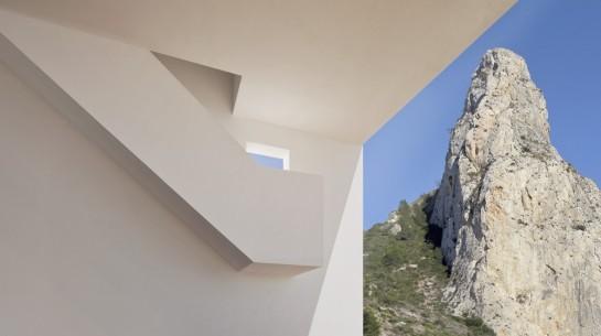 50aaf3c9b3fc4b0b540000ef_house-on-the-cliff-fran-silvestre-arquitectos_fran_silvestre_arquitectos_valencia_-_house_on_the_cliff_-__img_arquitectura_-_3-1000x560