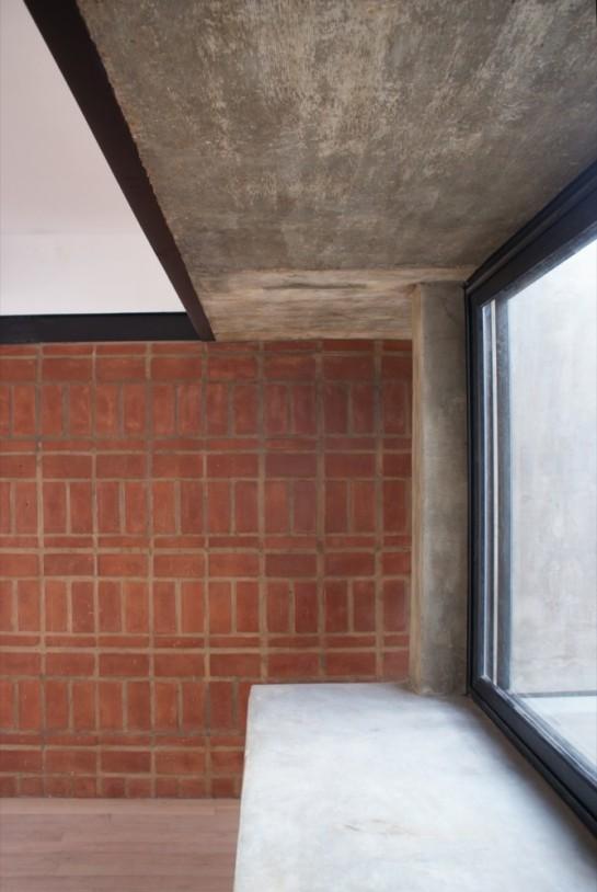 513185e1b3fc4b0d98001c12_brick-house-ventura-virzi-arquitectos_1339075623-12-detalle-espacio-interior-2do-piso-foto-ventura-virzi-669x1000