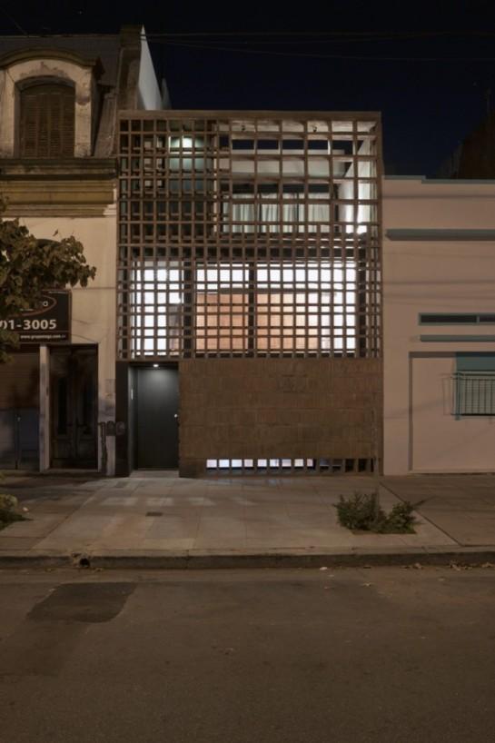 513185f0b3fc4b0d98001c14_brick-house-ventura-virzi-arquitectos_1339075627-3-frente-nocturna-2-foto-federico-kulekdjian-666x1000